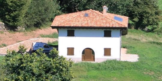 Sistema de calefacción y ACS para casa solar pasiva, con instalación de paneles solares y fogón con paila