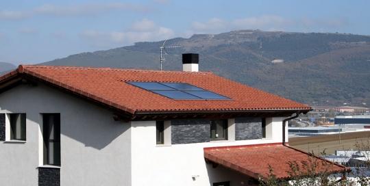 Calefacción y ACS por aerotermia, con paneles solares térmicos y suelos radiantes refrescantes