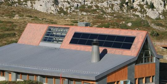 Instalación de paneles solares para sistema de calefacción y ACS en edificio El Ferial (Centro de Montaña Valle del Roncal)