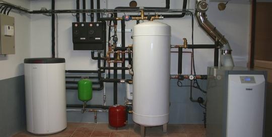 Calefacción por suelo radiante, ACS con caldera de pellets y apoyo de fogón con paila